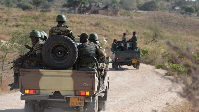 Kamerunski vojnici u pokretu na kolima