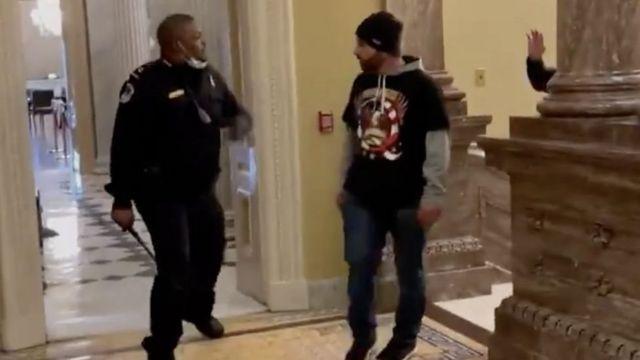 داگ جنسن، ۴۱ ساله، از آیووا، در یکی از پربینندهترین ویدیوها دیده شد که در آن یک پلیس سیاهپوست به تنهایی شورشیان را عقب نگه میدارد.