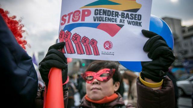 Mujer contra la violencia de género en el trabajo