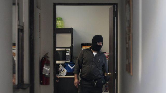 サンサルバドルのモサック・フォンセカ事務所を家宅捜索する捜査員(4月8日)