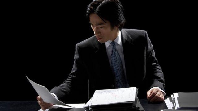 Un ejecutivo japonés revisa unos papeles