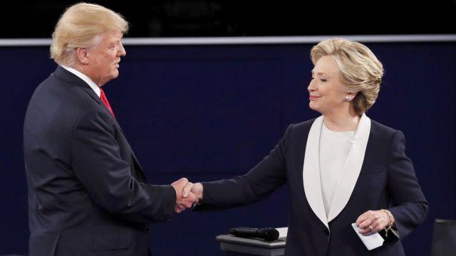 बहस ख़त्म होने पर हाथ मिलाते डोनल्ड ट्रंप और हिलेली क्लिंटन.
