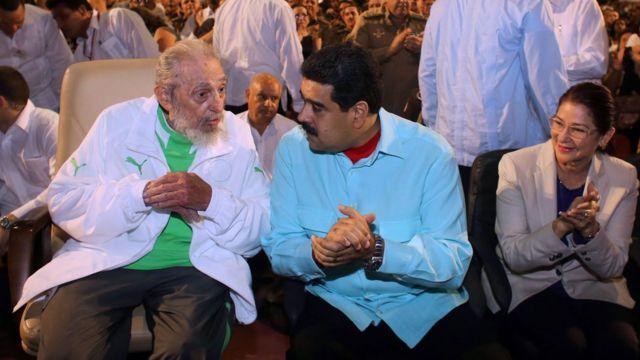 Fidel Castro sentado junto al presidente de Venezuela Nicolás Maduro