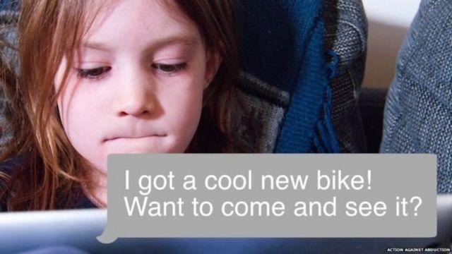 小女孩在讀網上聊天的即時短信。