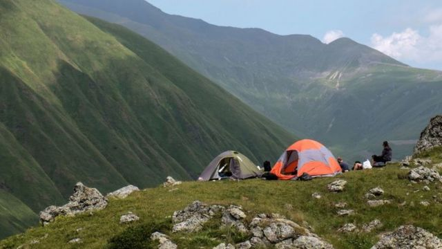 Personas acampando al aire libre.