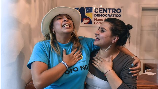 """Dos jóvenes celebran la victoria del """"no"""" a los acuerdos de paz."""