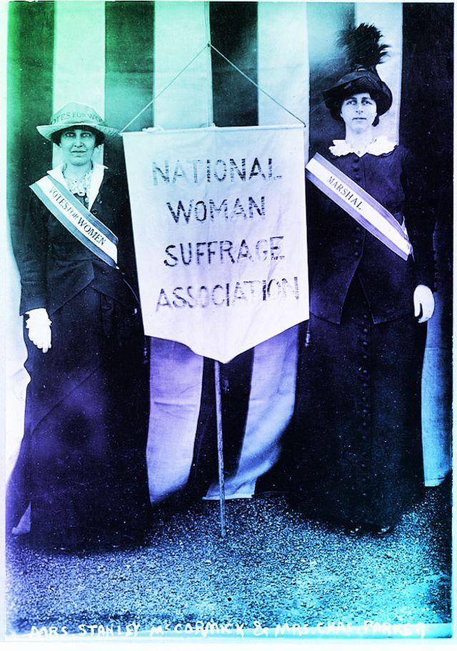 À esquerda, Katharine McCormick