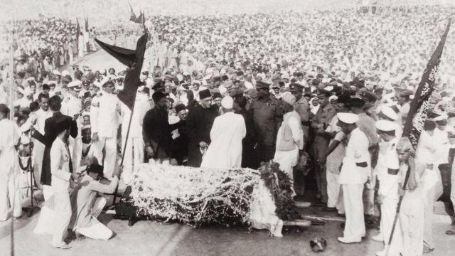 محمد علی جناح کی نمازِ جنازہ کا منظر