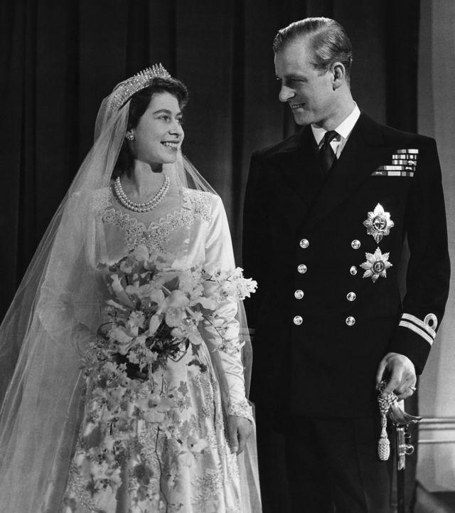 女王(左;时为伊丽莎白公主)与菲利普亲王于婚礼后拍摄官方合照(20/11/1947)