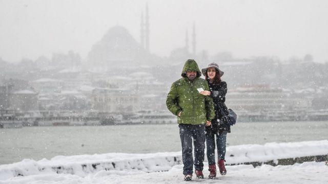 Karaköy ərazisində möhkəm qar yağmağa davam etsədə insanlar gəzməyə çıxırlar.
