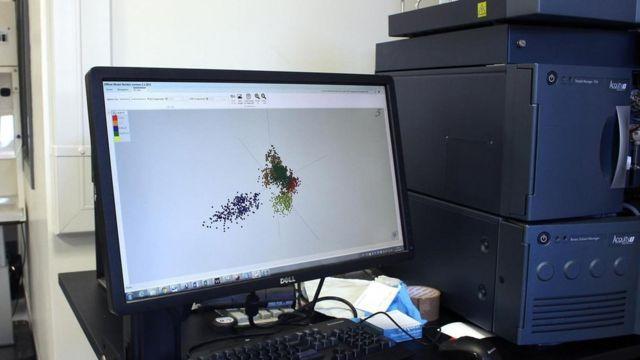 Una computadora muestra los resultados de un análisis de pescado
