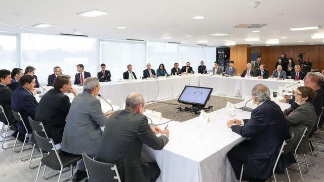Ministros em reunião de 22 de abril, sentados diante de mesas em formato de U