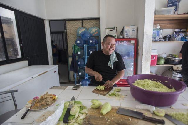 墨西哥警察准备食物