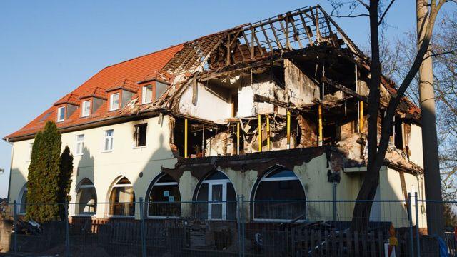 Escombros do imóvel que o grupo dividia, incendiado em 2011