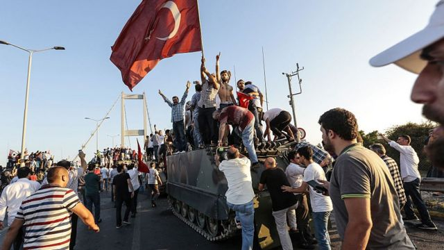 مدنيون يستولون على مدرعة للانقلابيين