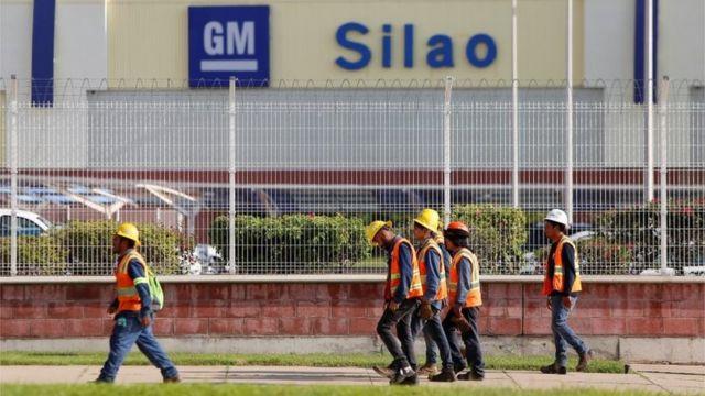 Empleados de General Motors frente a la planta de Silao, México