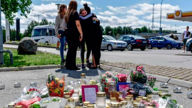 Quatro garotas se abraçam em frente a homenagem para vítima de crime em Estocolmo, em 3 de agosto de 2020.