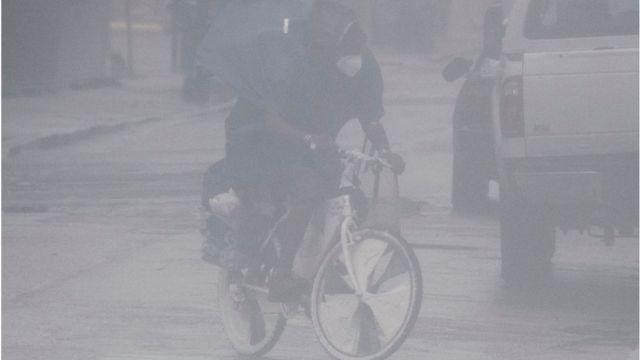Un hombre en bicicleta en Nueva Orleans