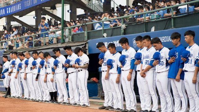 대만 프로야구 푸방 가디언즈 선수들이 경기 전 탈선사고 추모 묵념을 하고 있다
