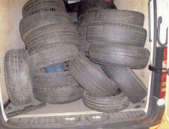 Bốn người đàn ông, năm phụ nữ và ba trẻ em Việt Nam được phát hiện đang trốn trong đống lốp xe