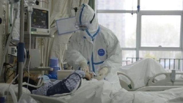 Staf medis menangani korban virus corona di sebuah rumah sakit di Kota Wuhan.