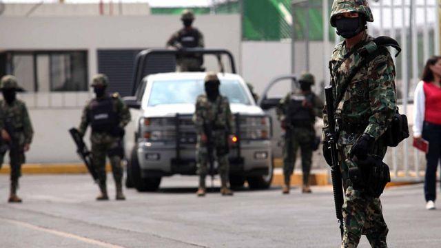 Naoružana policija u opremi za suzbijanje demonstracija stoji na ulici