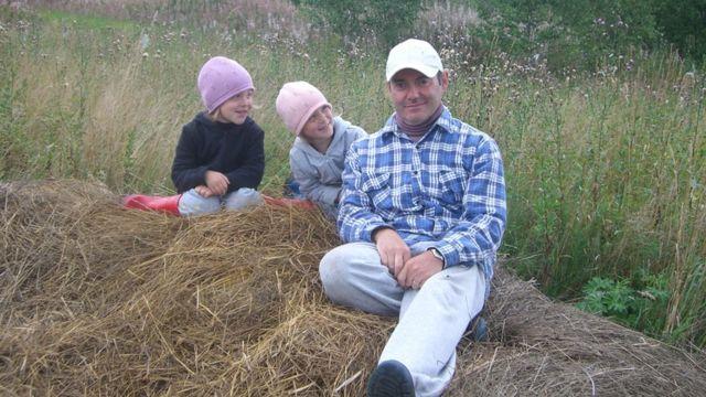 Пьер с детьми на сене