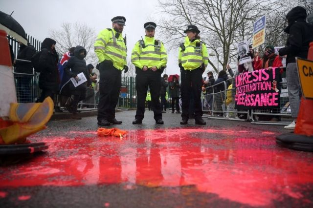 Краска на асфальте, разлитая участницей демонстрации
