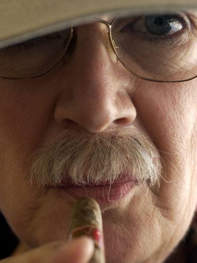 Jonna con bigotes y un cigarro