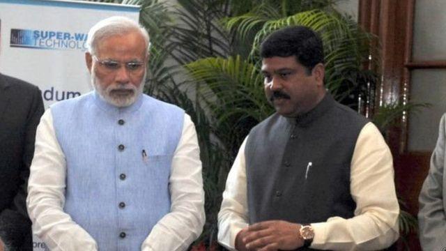 प्रधानमंत्री नरेंद्र मोदी के साथ केंद्रीय राज्यमंत्री धर्मेंद्र प्रधान.