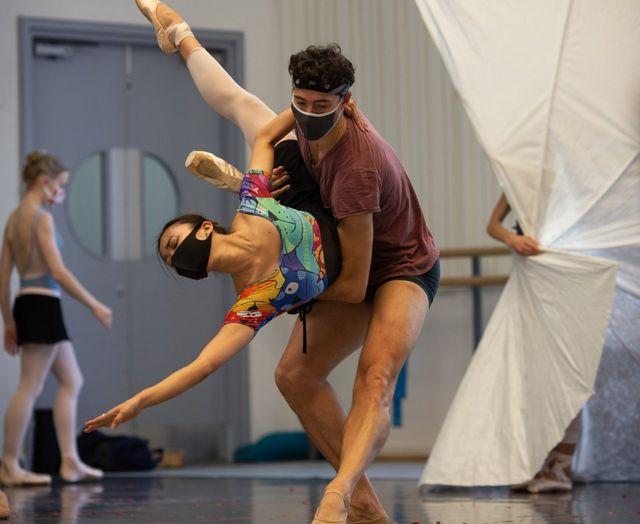Casal de bailarinos do Birmingham Royal Ballet dança usando máscaras