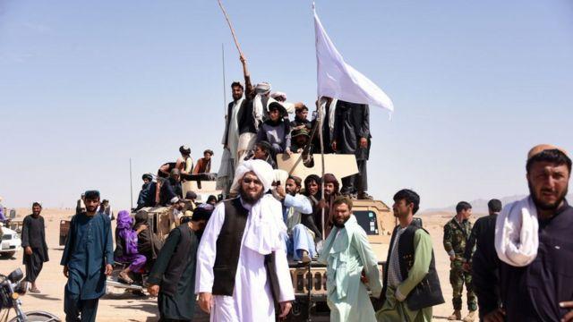 """Бойцы """"Талибана"""" с белыми флагами на джипе Афганской национальной армии во время Ураза-Байрама в 2018 году"""