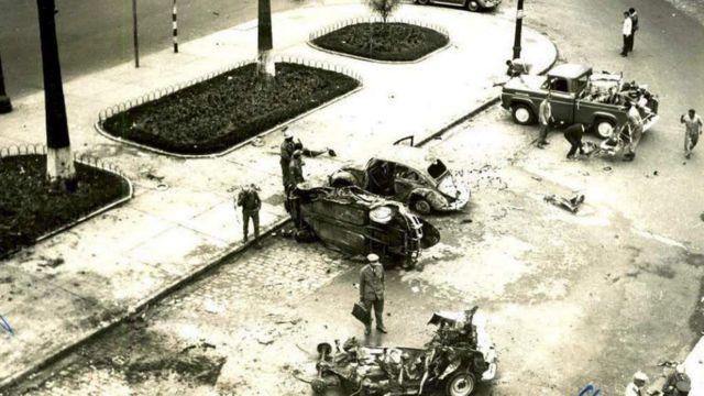 Carro destruído por bomba em frente ao DOPS em 1968