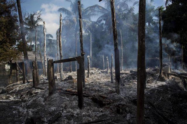 RUmah-rumah yang terbakar hangus saat media mengunjungi kawasan Rakhine bulan lalu -gambar diambil 14 Oktober.