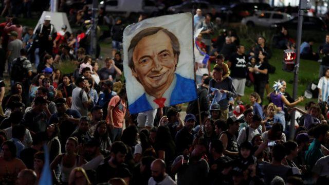 Imagem de Nestor Kirchner pintado em comemoração na capital argentina em foto noturna
