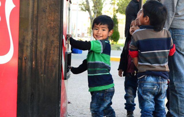 Rogeirovi sinovi se igraju kod mašine za Koka Kolu