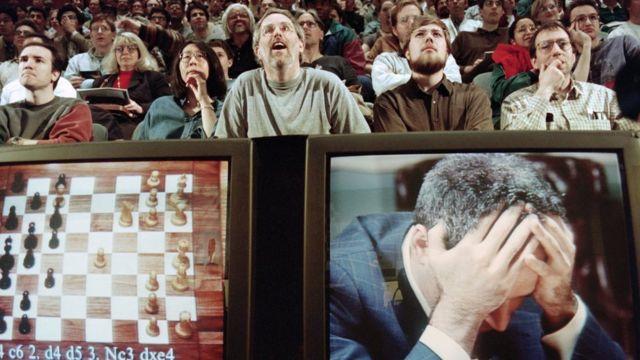 Каспаров на мониторе и публика