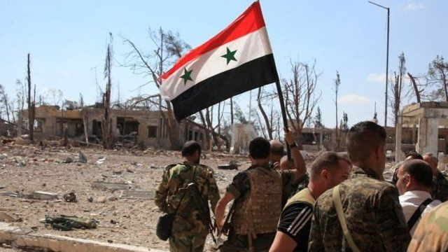 Tropas do governo com bandeira síria