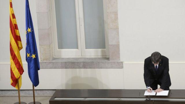 El presidente de Cataluña firma una supuesta declaración de independencia. (Foto: Josep Lago/AFP/Getty Images)