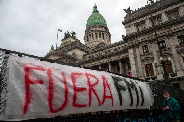 """Un cartel que dice """"Fuera FMI"""" frente al Congreso, en 2018"""