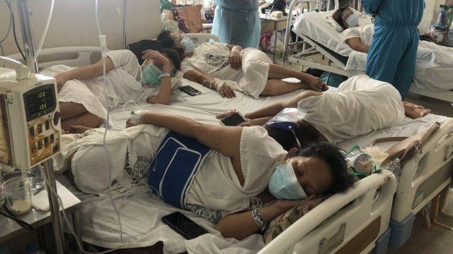 Hastanenin doğum kliniğinde ikişerli olara birleştirilen yatakları üç veya dört kadın paylaşıyor