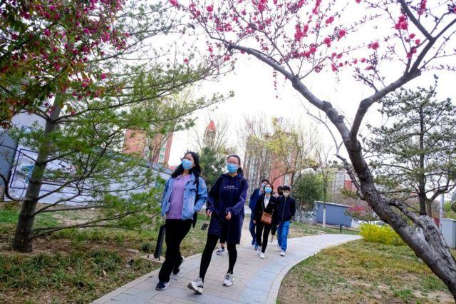 Đời sống trở lại bình thường tại Bắc Kinh, Trung Quốc hôm 7/4/2020, tuy thế người dân vẫn cẩn thận đeo khẩu trang