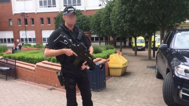 コックス議員が搬送されたリーズ総合病院を警備する武装警官