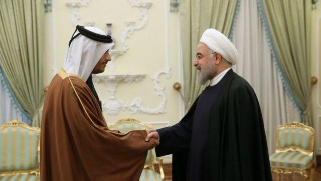 Rohani con el ministro de Relaciones Exteriores qatarí.
