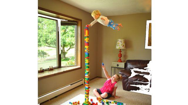 Wil colocando un lego en el aire junto a su hermana