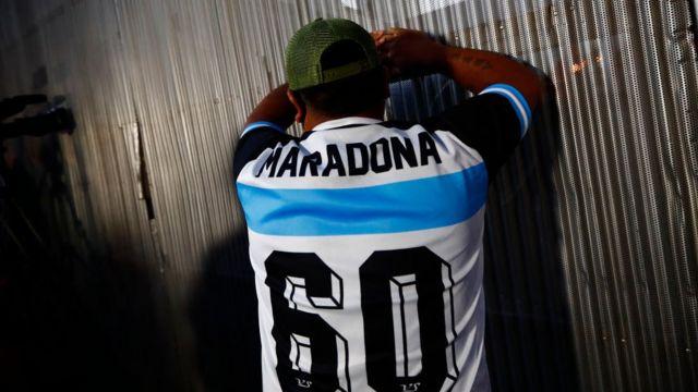 El hombre esta haciendo llorar a Maradona
