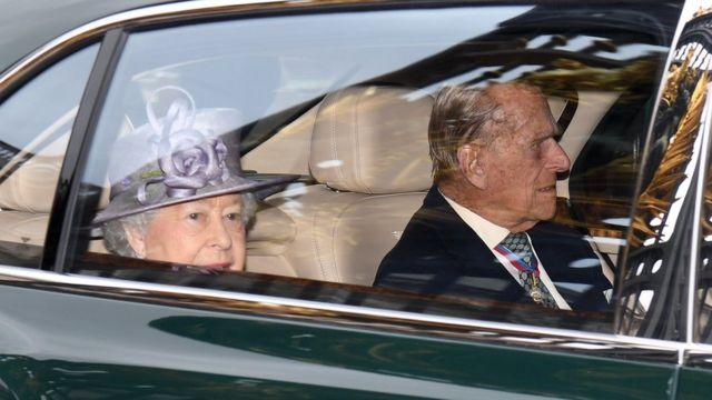 引退発表後に行事へ向かうフィリップ殿下とエリザベス女王(4日、ロンドン)