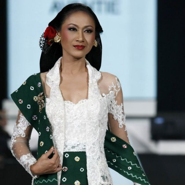Seorang model memperagakan rancangan Anne Avantie pada acara Indonesia Fashion Week 2010.