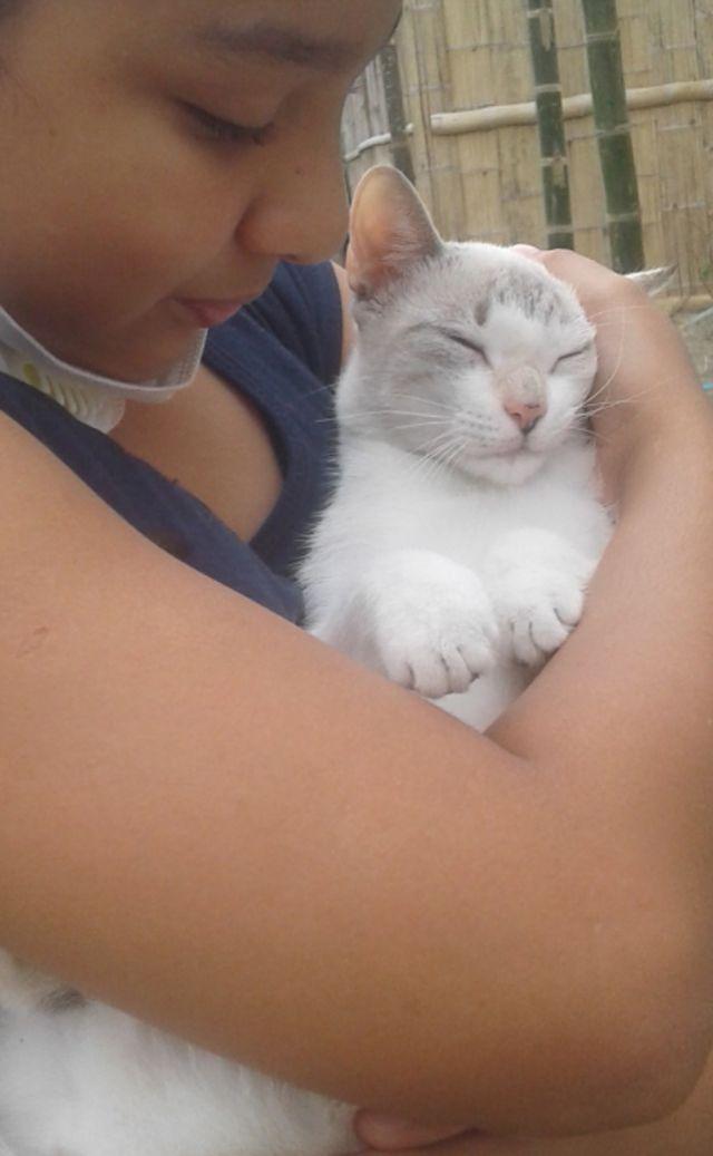 Valeria con su gata en Ecuador.