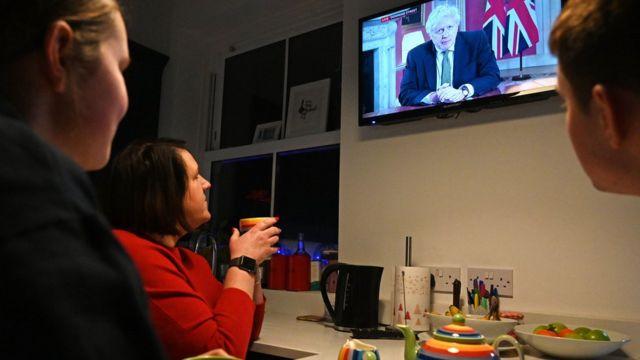 İngilizler yeni tedbirleri açıklayan Başbakan Johnson'ı izlemek için televizyonlarının başına geçti.
